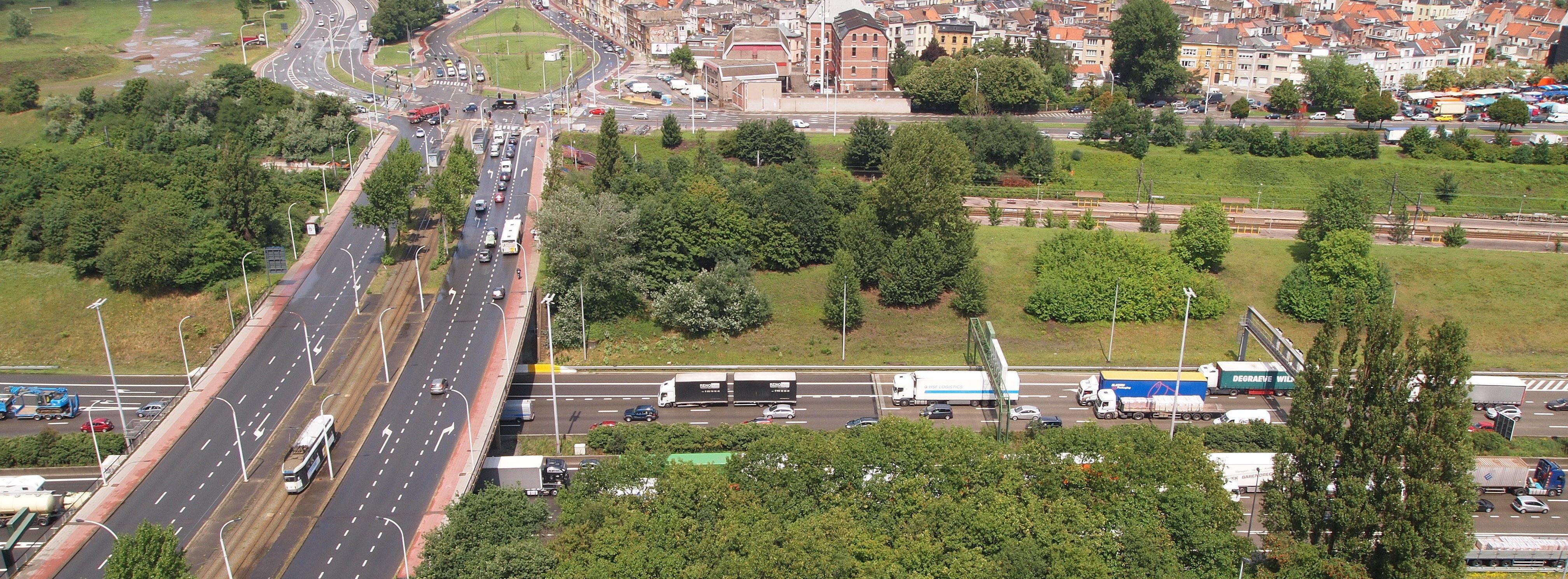 Het station is weggestopt tussen de Singel en de Ring. Het ligt onder de brug van de Kolonel Silvertopstraat over de Ring en het spoor.